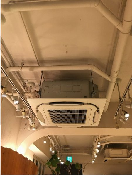 店舗の天井カセット型クーラー周りのカビの除カビ・防カビ施工に行ってまいりました。
