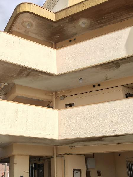 数年にわたり蓄積してきたアパートの軒下のカビの除カビ・防カビ施工に行ってまいりました。