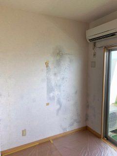 自然換気口からの雨漏りが原因でカビが発生した居室の除カビ防カビ及び壁紙張替えそして防カビの施工を行ってきました。