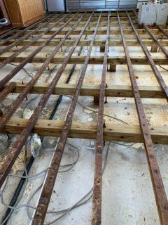 ひび割れによる漏水で発生したカビの除カビ・防カビ施工を行いました。